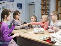 Череповчан научили создавать поделки из конфет, соленого теста и газет